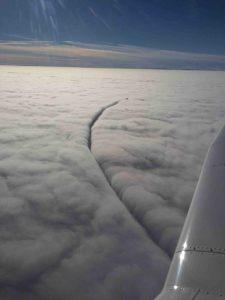 Flugzeug schneidet Wolken